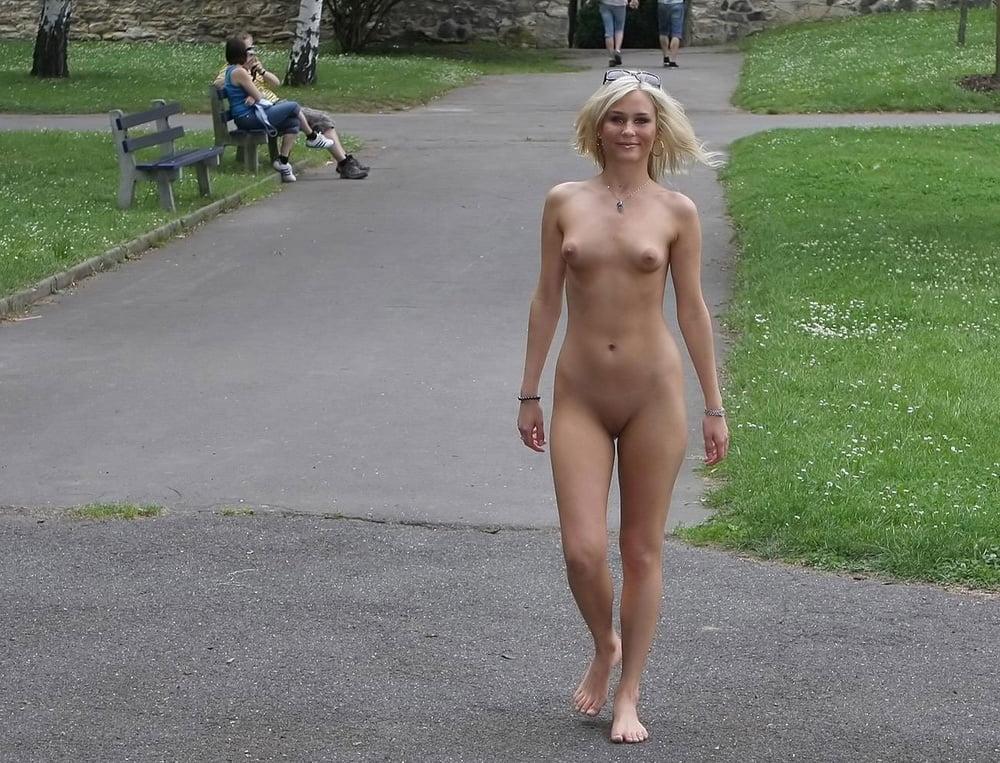 Фото голая женщина гуляет на людях — pic 9