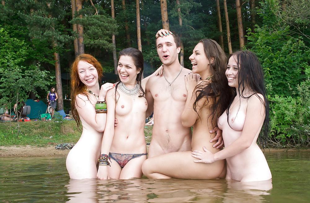 Групповое купание голышом видео