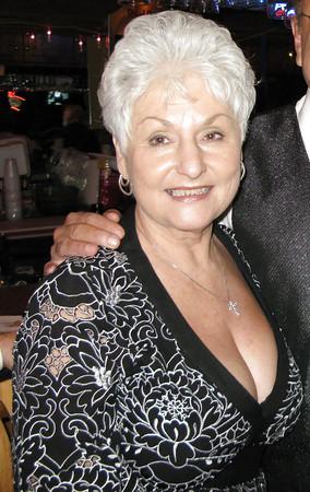 Oma angezogen und nackt