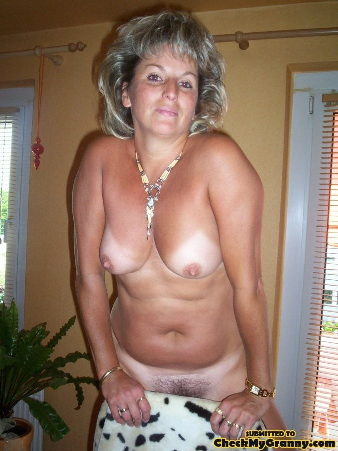 Silver haired gorgeous milf - 15 Pics