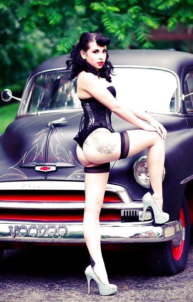 Perfect pinup babe goes for nude trip to the mountains