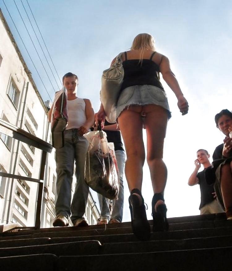 На лестнице видно что она без трусов #11
