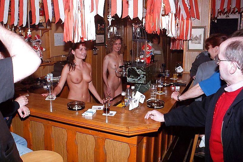 где обслуживают голые официантки участники видео