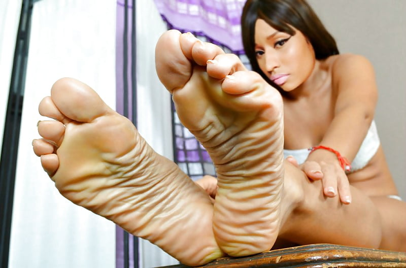 Lola gives an awesome footjob