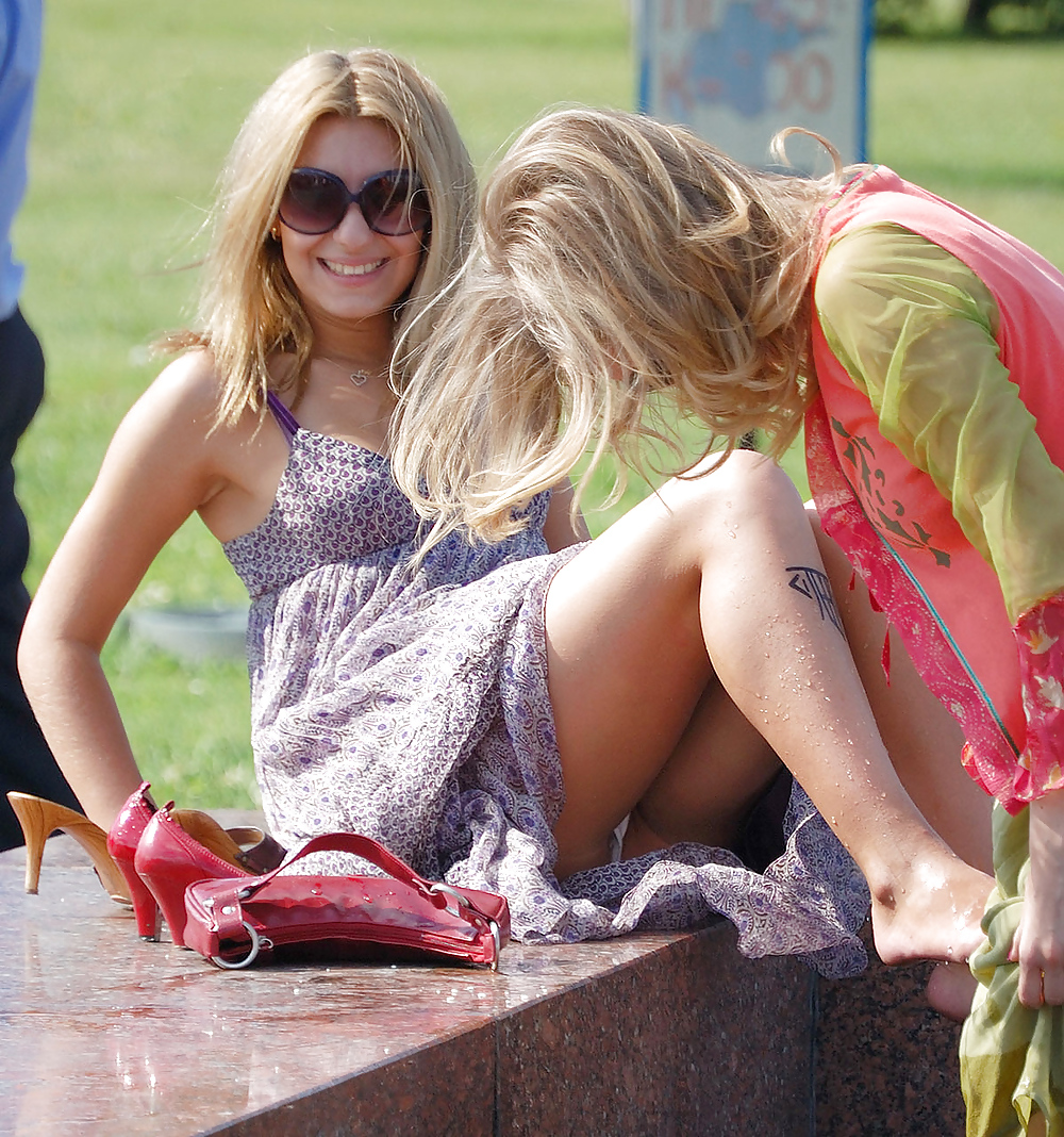 Hot upskirt kaley cuoco in blue dress by inews tv