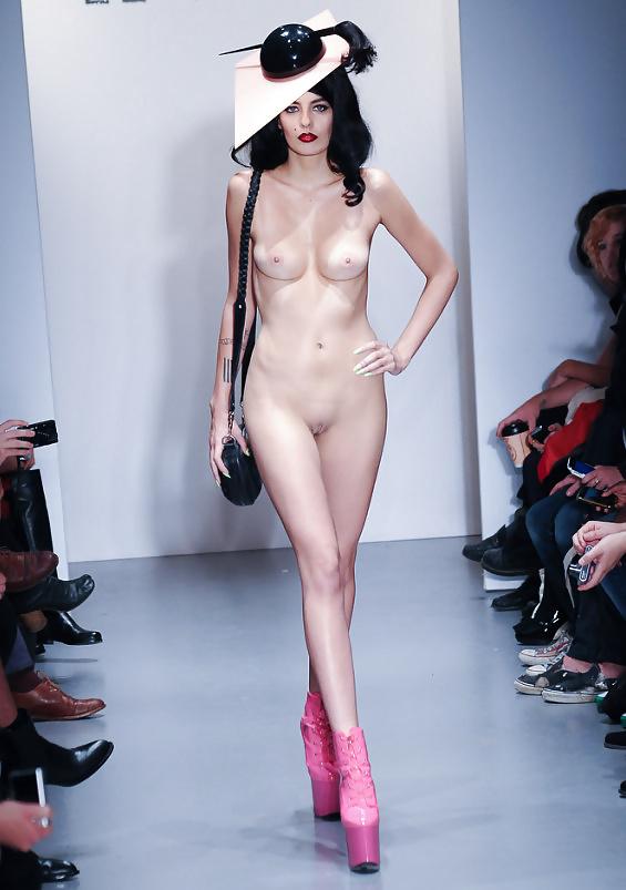 Показ мод модели без трусиков