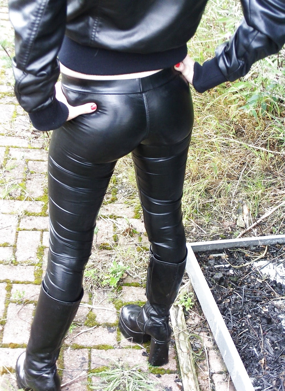 Porn in leather pants — photo 14