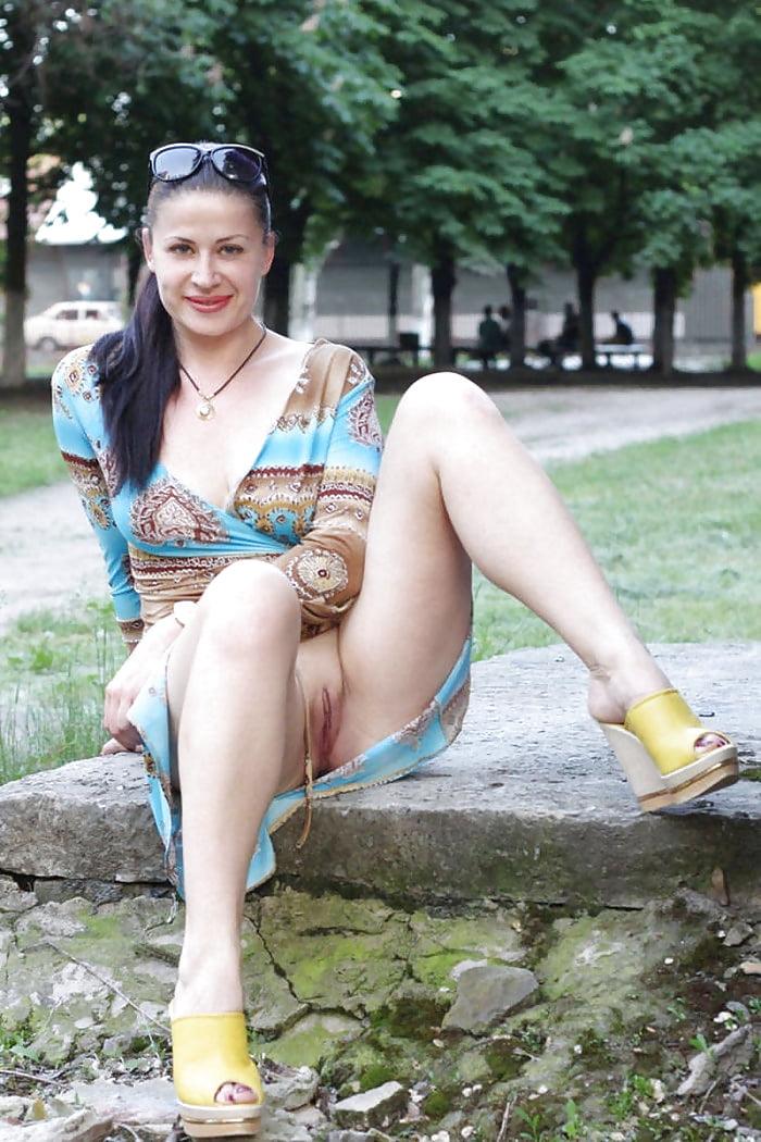 zrelie-zhenshini-pokazivayut-vaginu-na-ulitse-razrisovki-intimnih-chastey