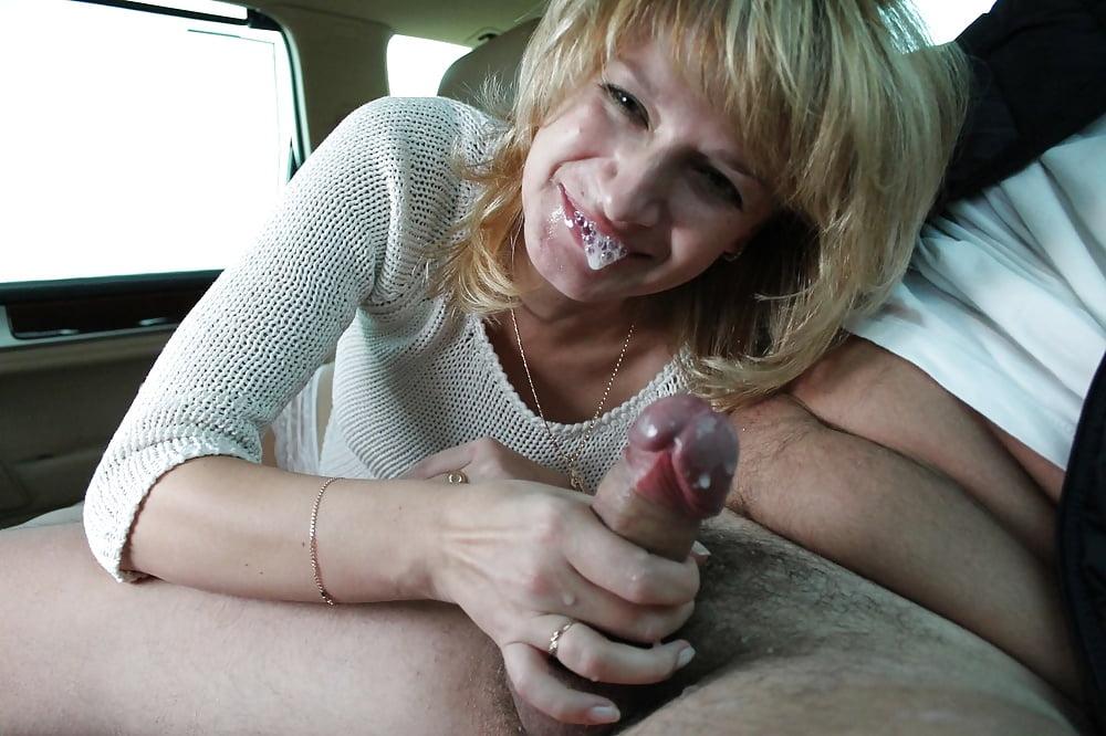 русская зрелая сосет в машине