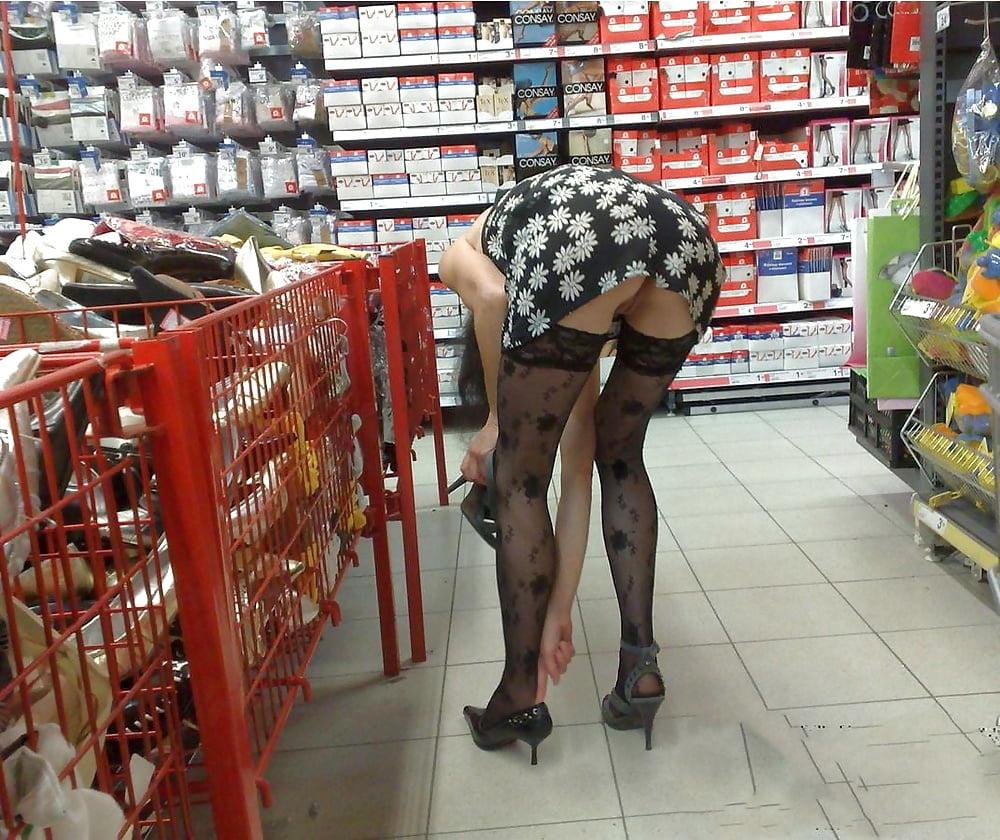 Подвезли она женщина в магазине без трусов