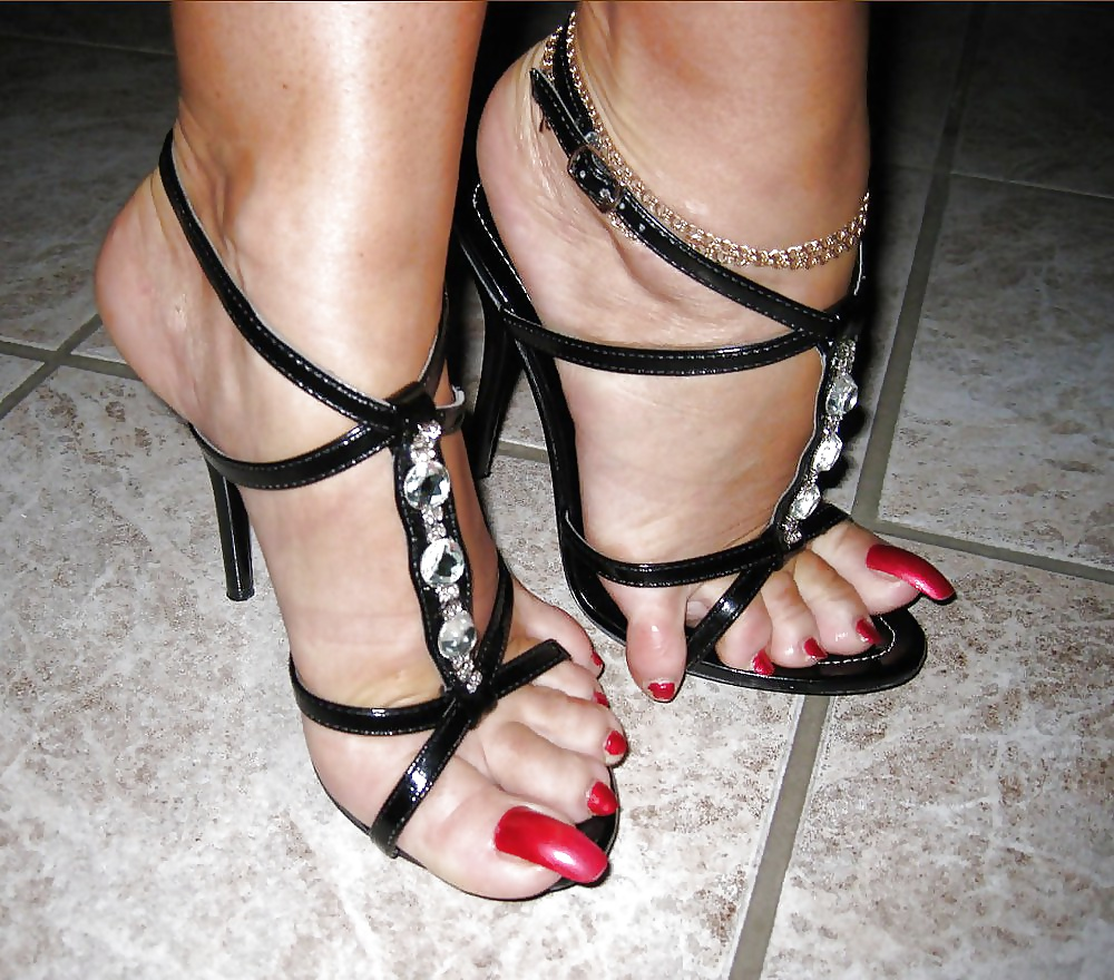 Free sandals porn images, sneakers porn galery, xxx sandal pics in full length