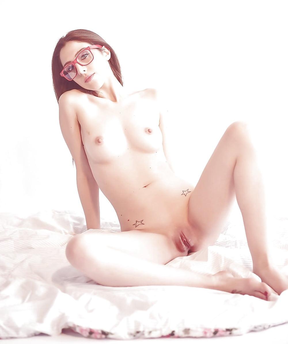 Amelie belle libertine fait joujou avec des objets en fumant - 3 part 5