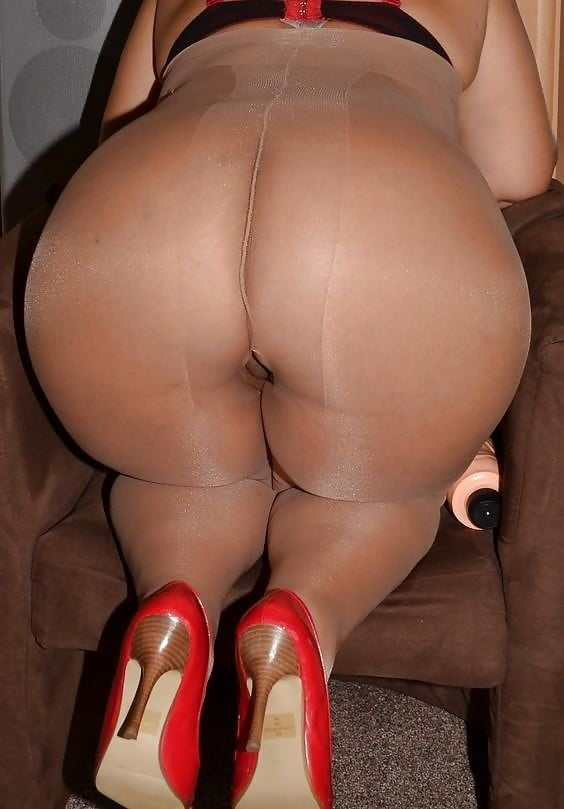 The big ass girl pantyhose booty shaking in my bedroom