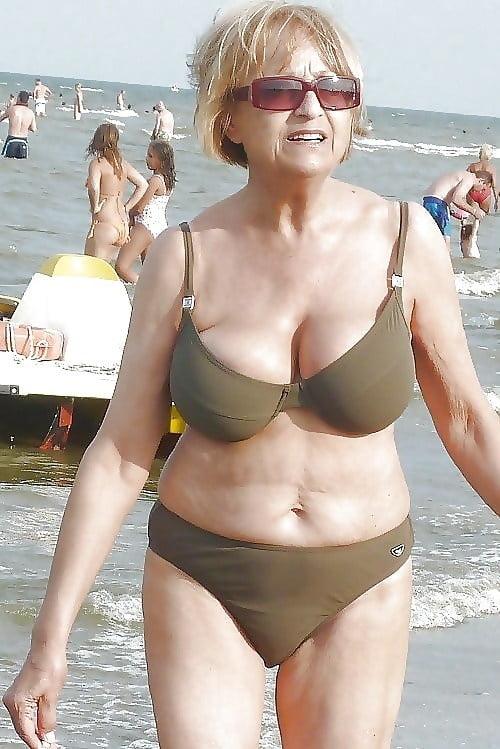 пожилая женщина меняет купальник это какое-то влечение