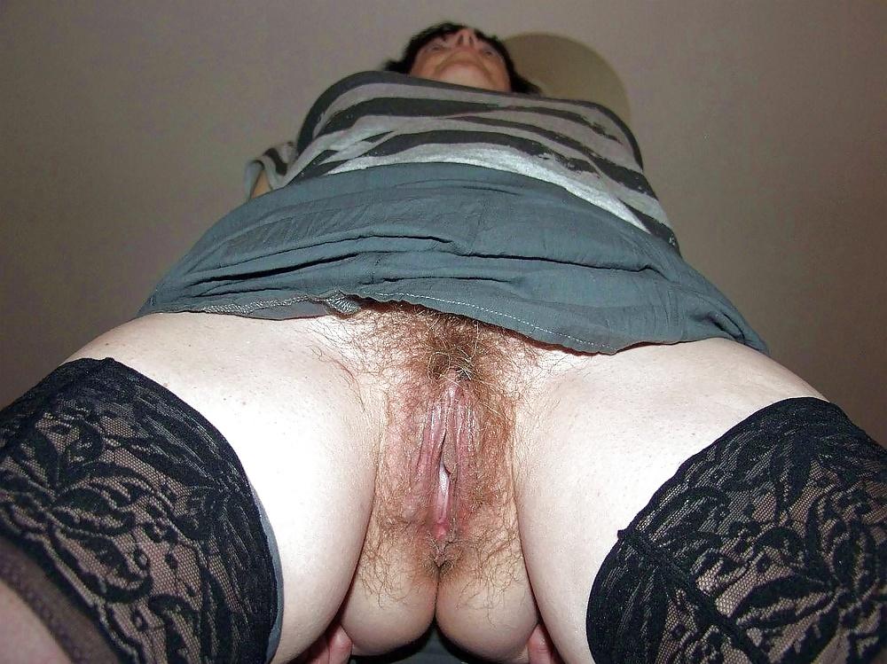 пизда волосатые под юбку трусы фото женщины