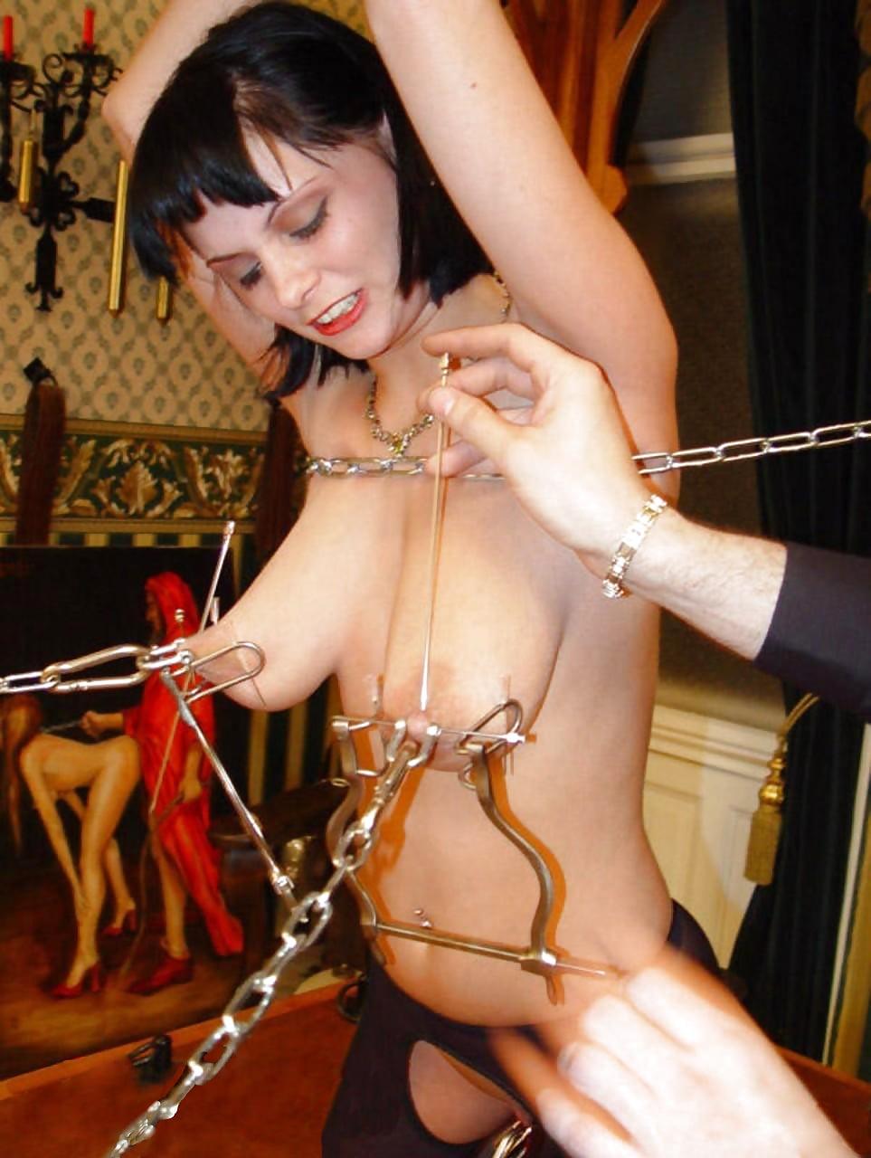 Порно как сиськи прокалывают иглами