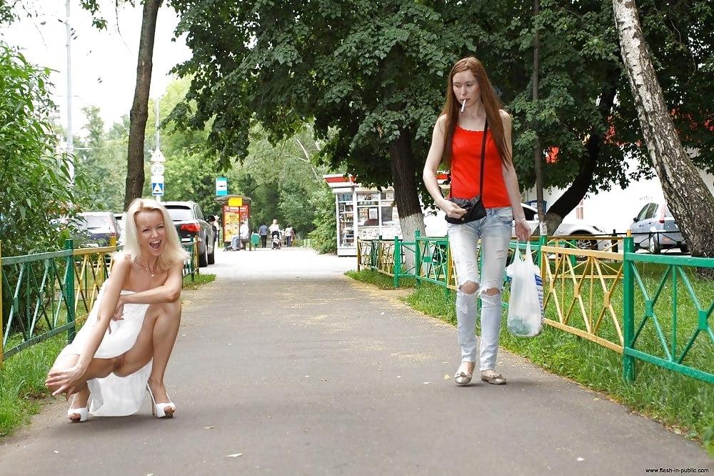 Красивая девушка в трусах гуляет по городу — img 3