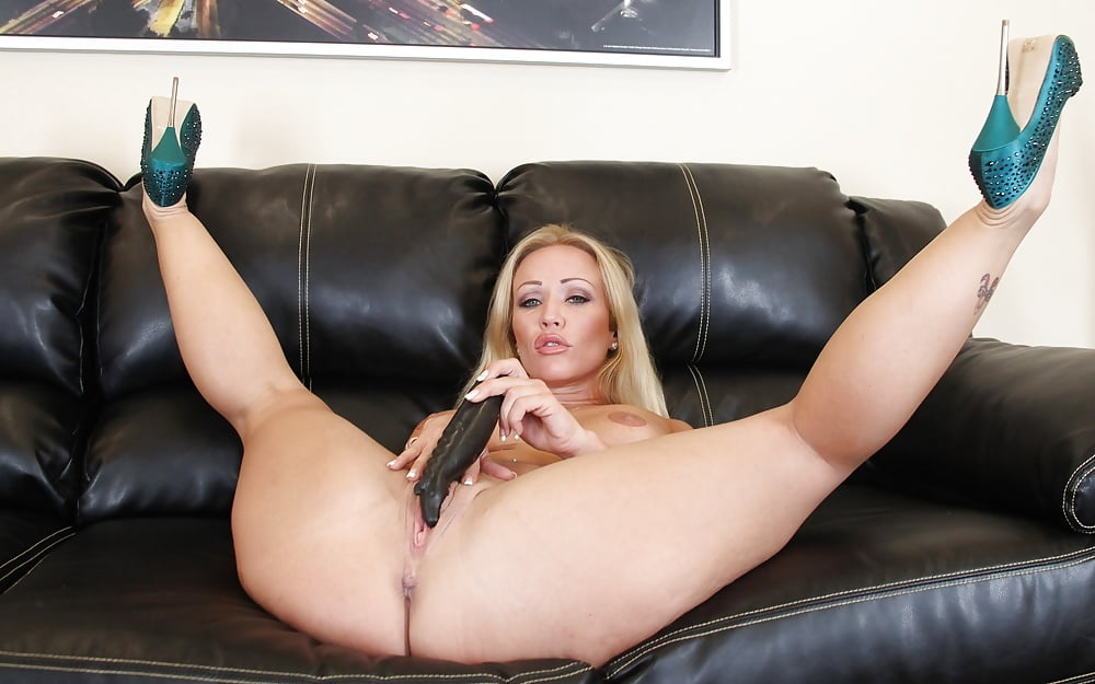 Anetta keys toys her pussy with her high heel