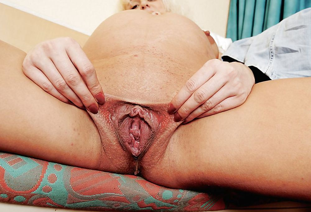 Fat Pussy Lipped Prego Babe Shows Her Cooty