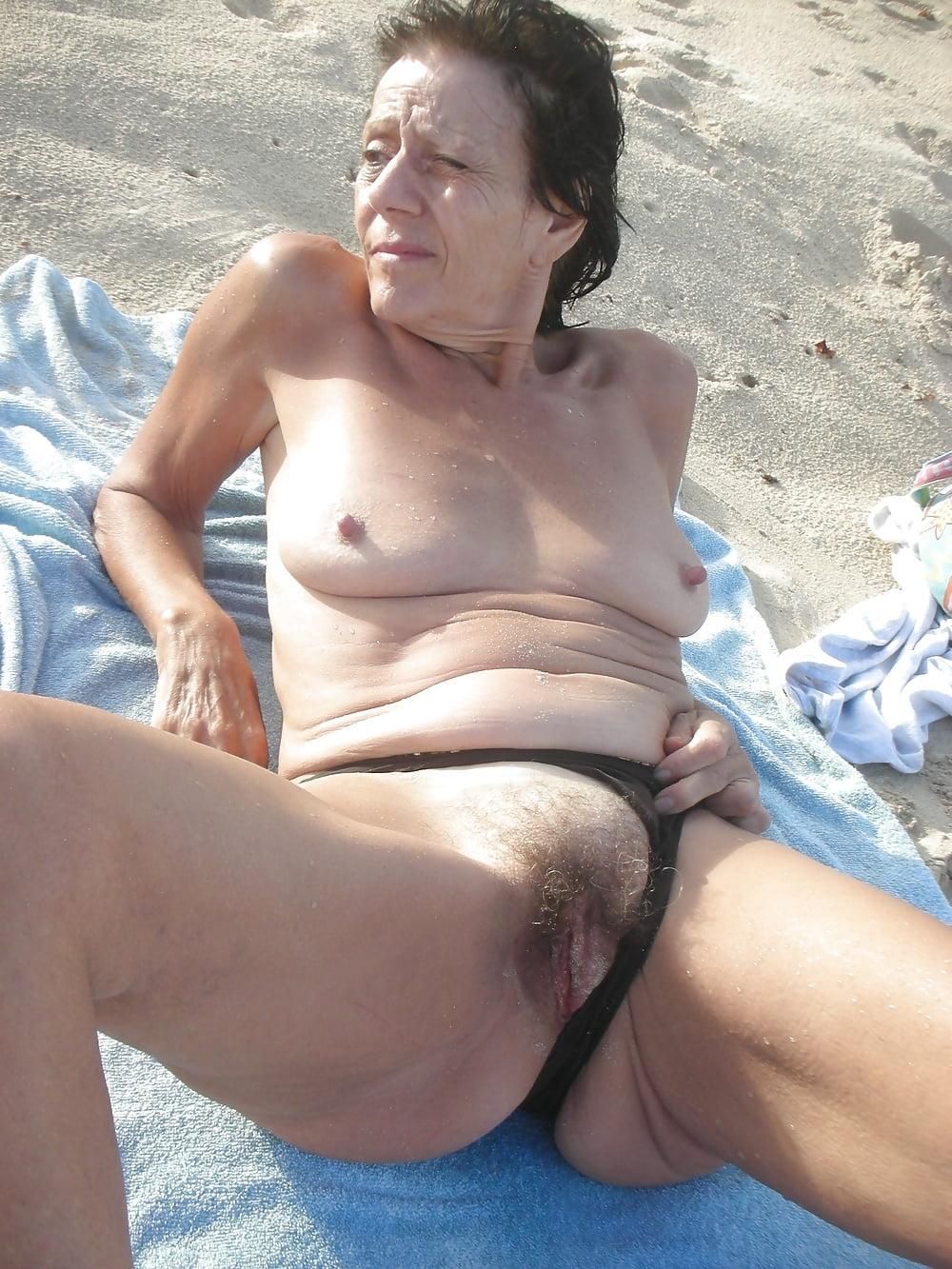 Chick wordt opgepikt op het strand - 1 5