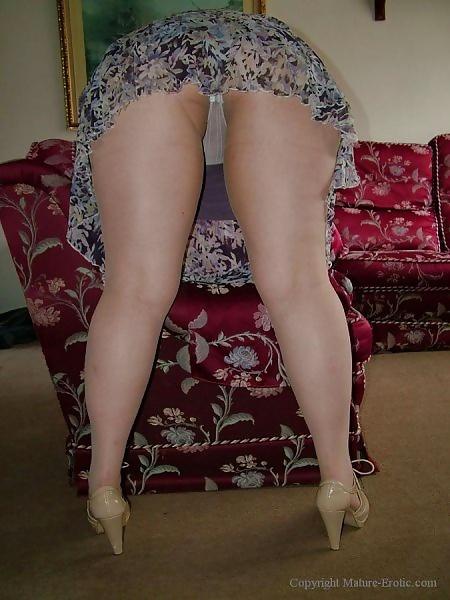 эротика полные женщины раздвинули ноги под юбками