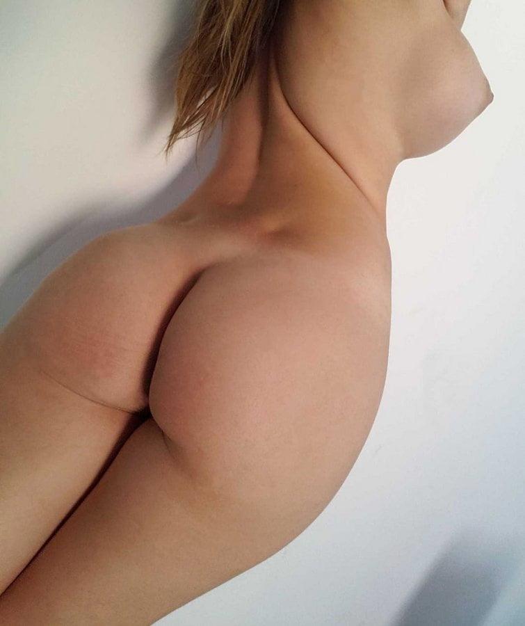 Lary novinha peituda que vende fotos Nua na net - 24 Pics