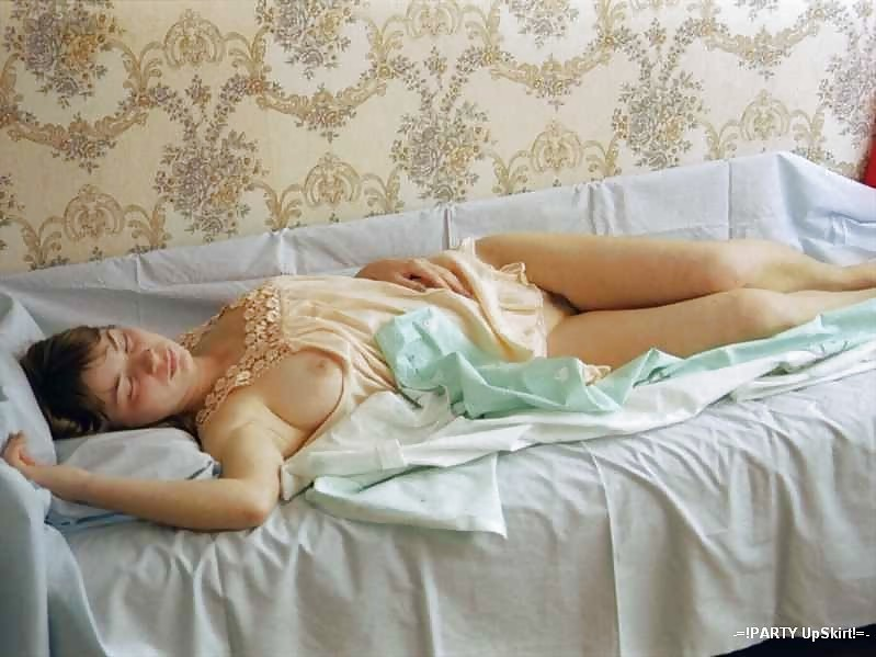 Сексуальные девушки спят в саду