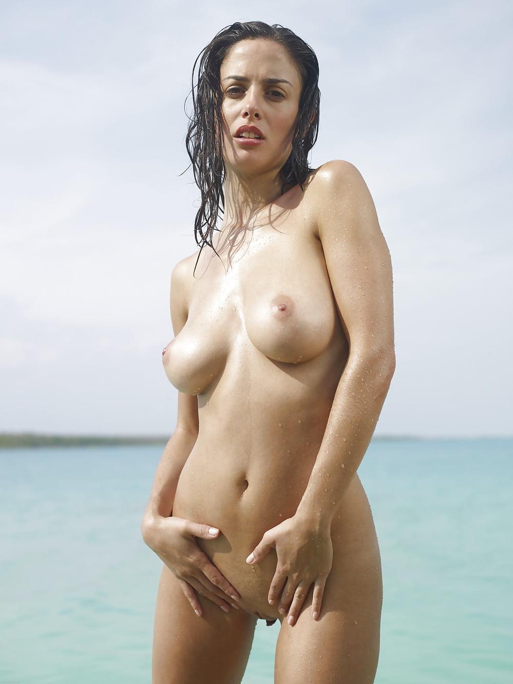 Big tits italian ex girlfriend posing nude in car