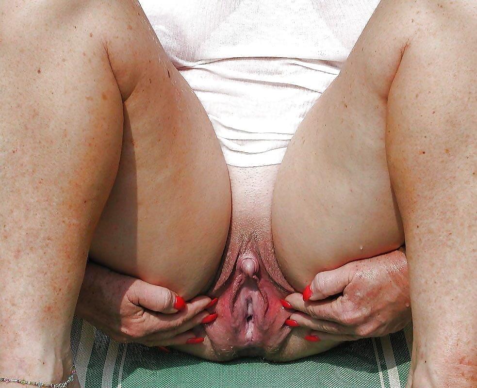 Порно огромный женский клитор, в офисе девушка раздвигает пизду и показывает влагалище видео