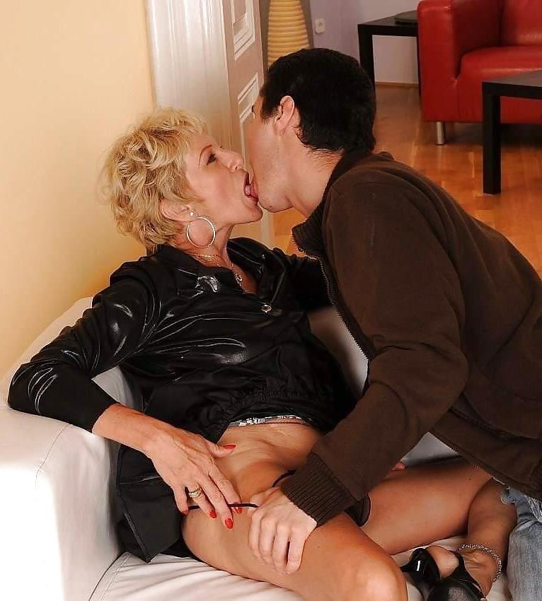 Watch mature pleasured orally by beautiful lesbian