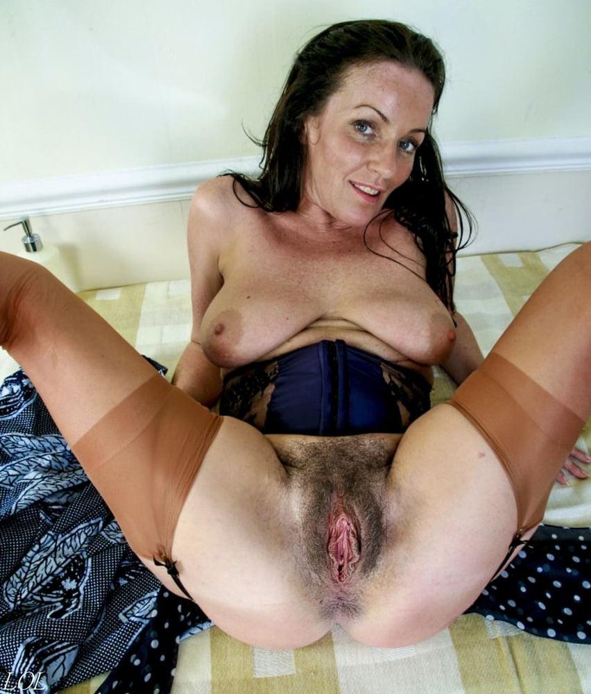 Парень трахает взрослую стройную женщину попка торчала