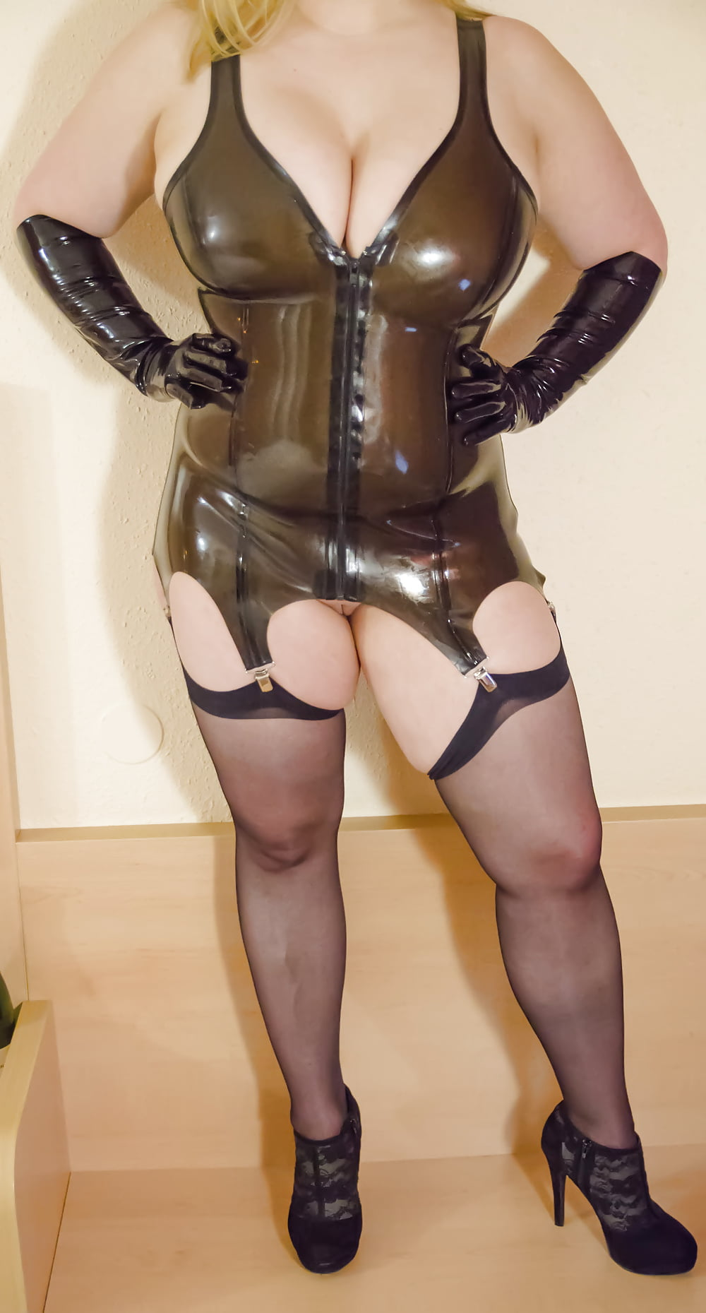Free pic of sexy chubby girl in latex — photo 15