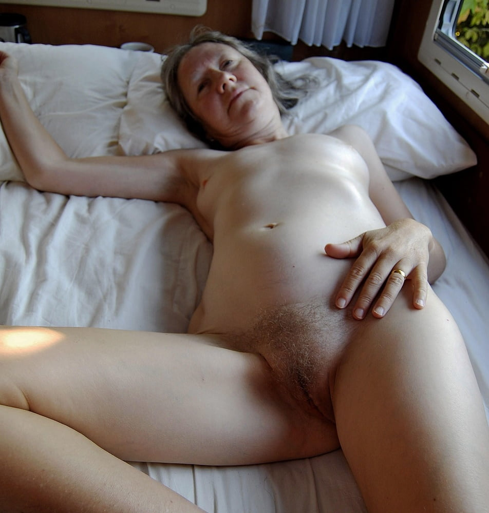 Chubby mature spread pussy