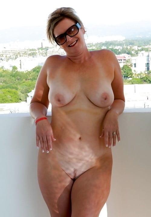 Naked women farting
