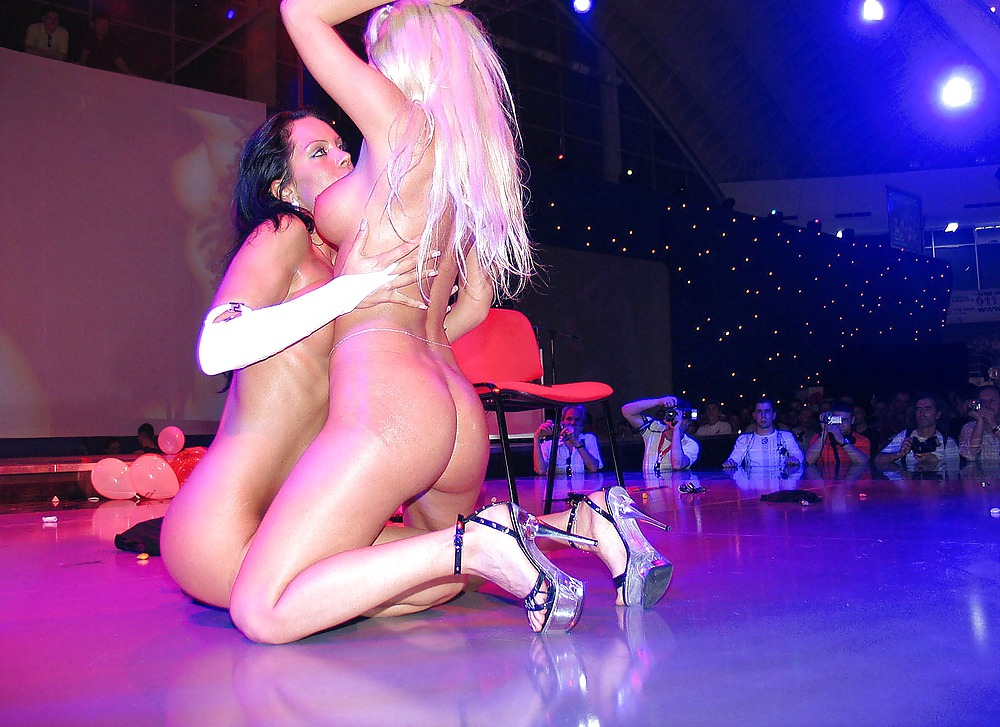Жены танцуют стриптиз шоу, порно ролики камшоты попка