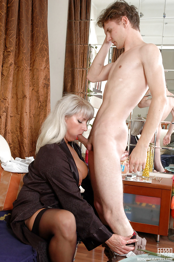 Russian mature mom fucked by working guy