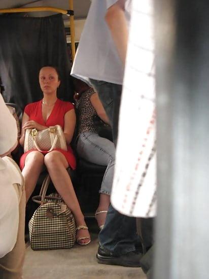 Под юбкой в городском транспорте фото