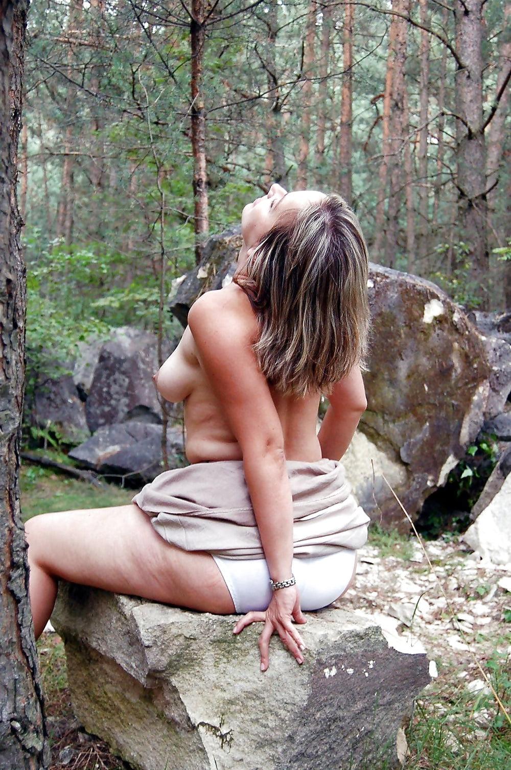 vzrosluyu-v-lesu-erotika