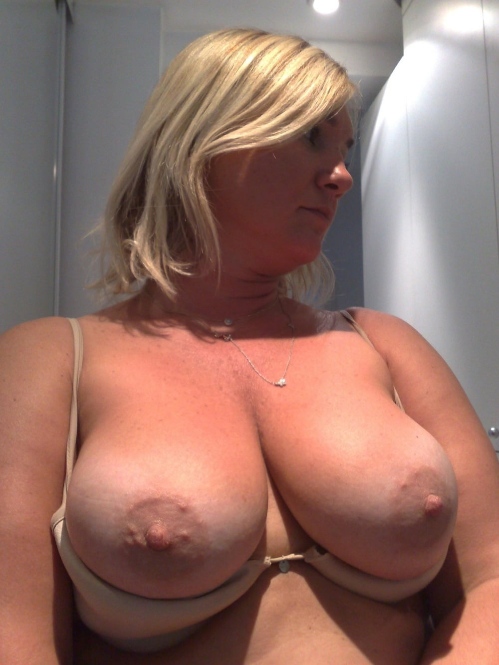 Teen show her boobs and pussy