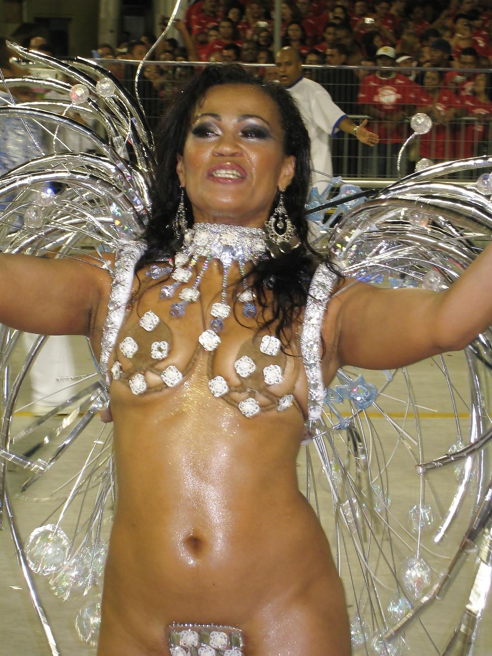 Голая латиноамериканки на карнавале, жена в экстрим бикини в групповом порно онлайн