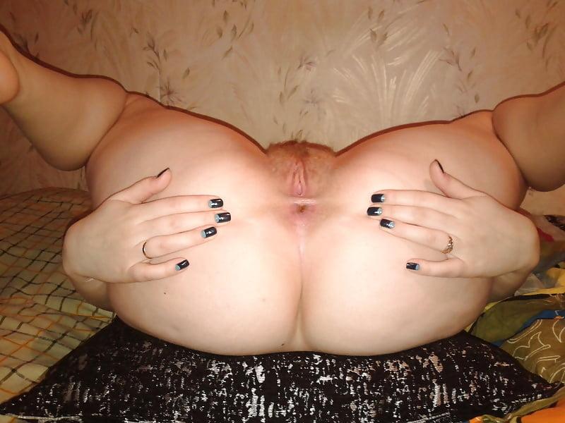 толстушка показала голую задницу