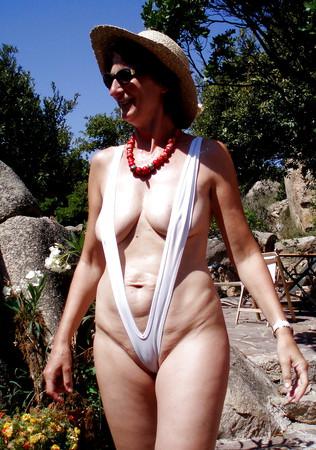 Ehefrau im Monokini auf Sardinien