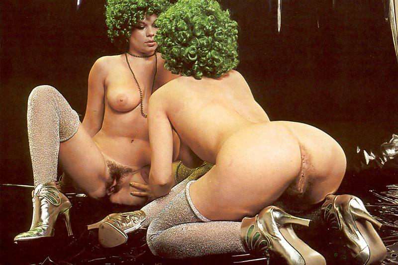 Эротические игры волосатые, голым девушкам сливают сперму во влагалище видео