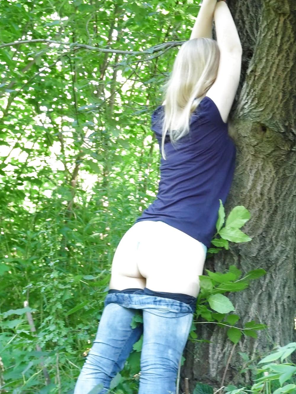 Alte Schleimfotze wird im Wald von zwei Kerlen gefickt