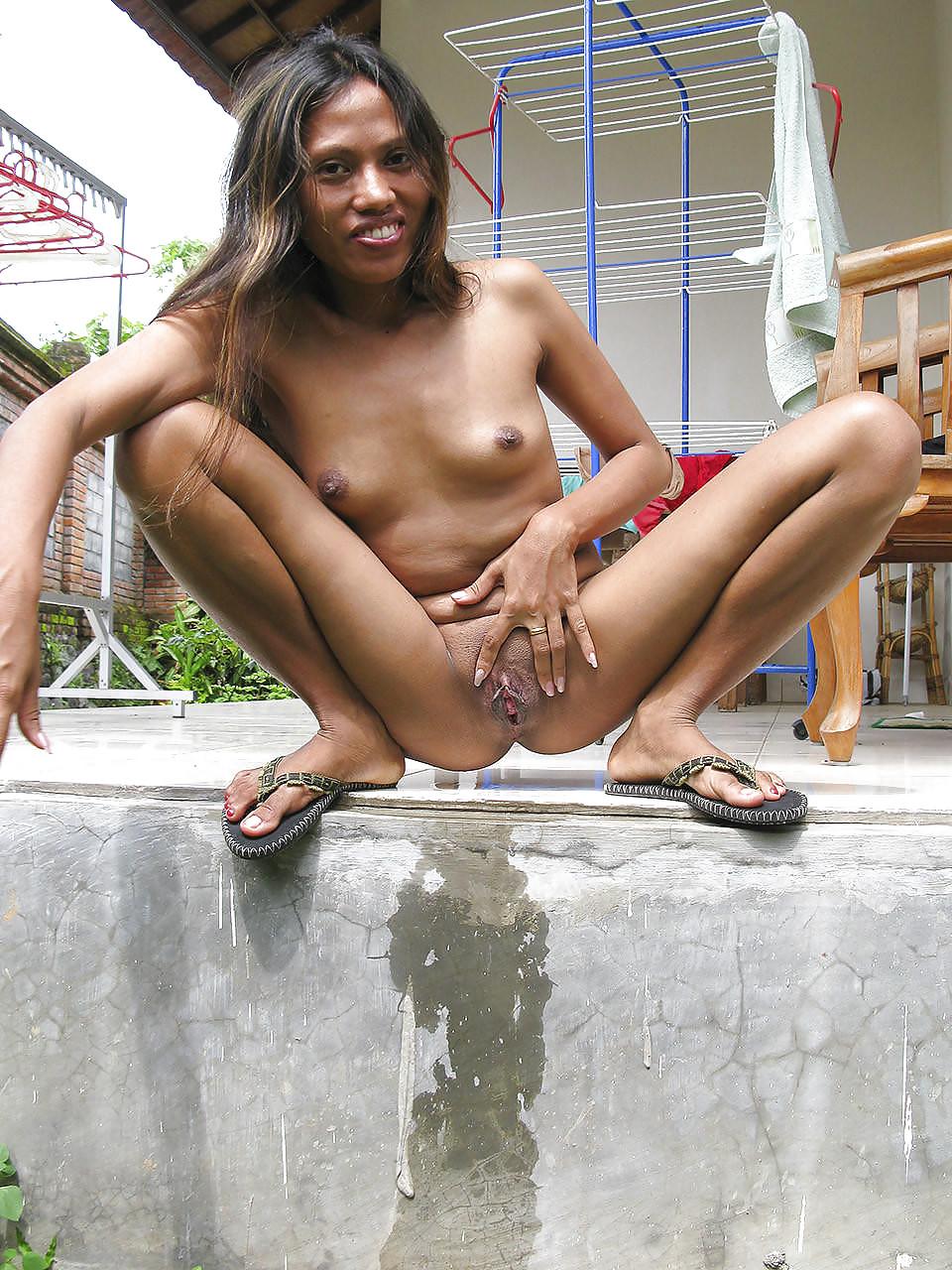 Littel thai girls piss