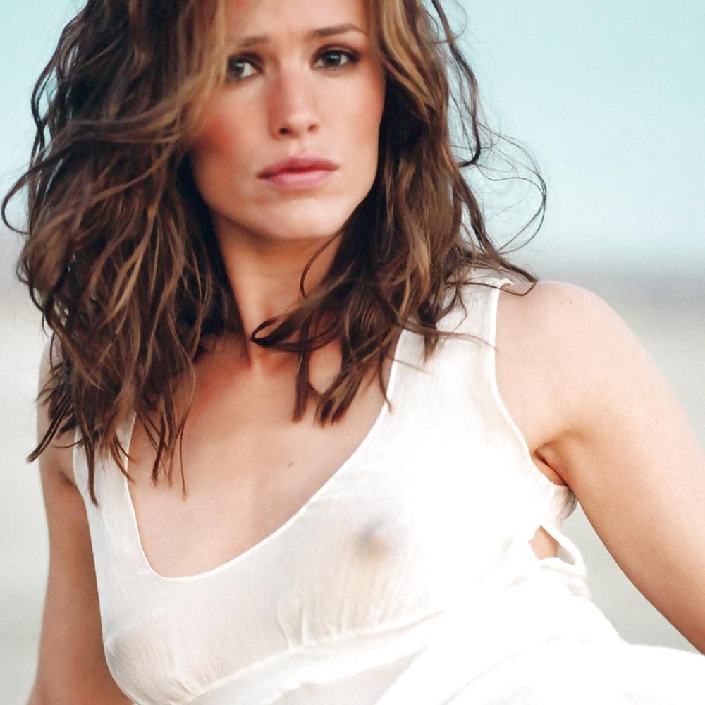 Jennifer garner shows off beach body in swimsuit in malibu photos