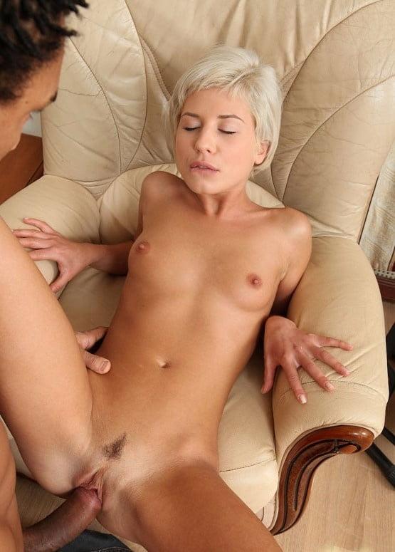 Блондинку с короткой стрижкой ебут на столе толпой видео одной