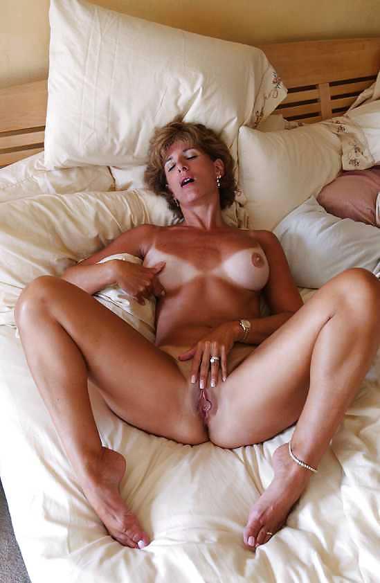 Women posing naked videos