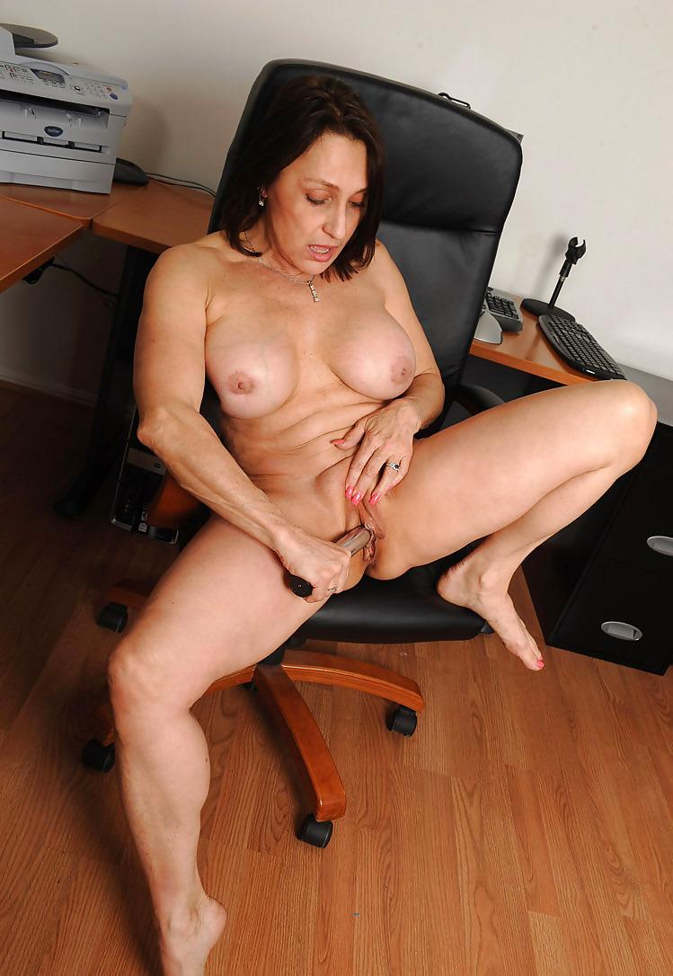 ещё несколько зрелые женщины мастурбируют за столом порно подумала