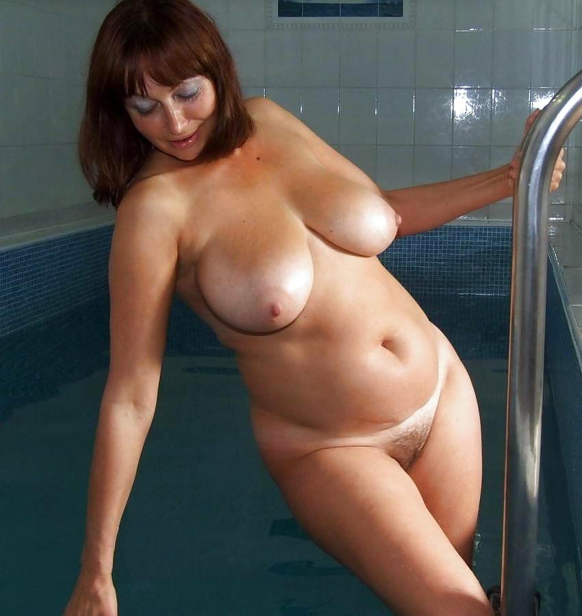 Пухлой даме делают массаж груди они щенком